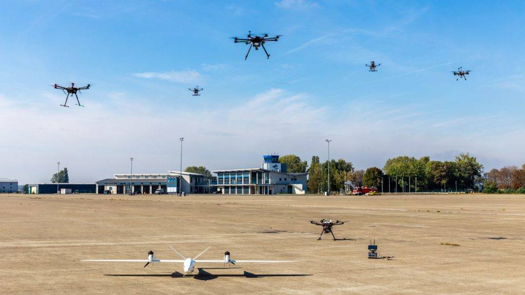 Drohnen der DLR-Forscher bei einer Versuchsanordnung