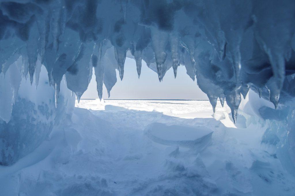 Eishöhle im Kontrast zur Weite des Lake Superior
