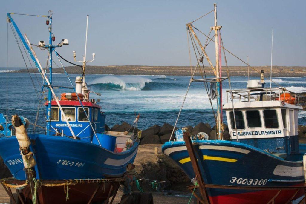 Fischerboote in der Küstenstadt La Santa Lanzarote
