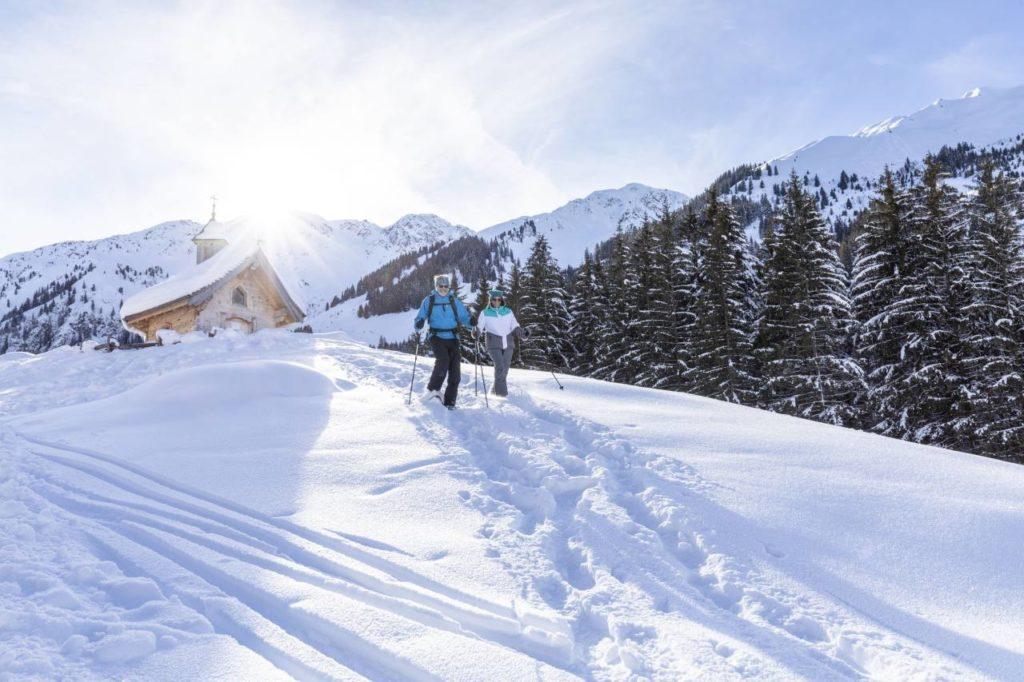 Schneeschuhwandern im Gelände an der Schönangeralm