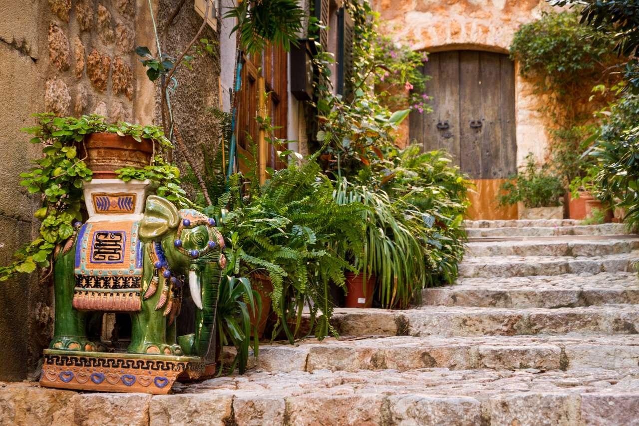 Treppenweg mit Pflanzen in Fornalutx
