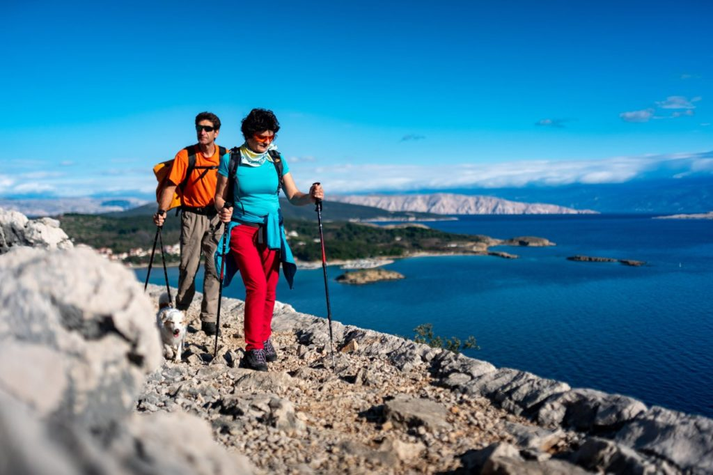 Wanderer auf dem Frux-Trail auf der Insel Rab