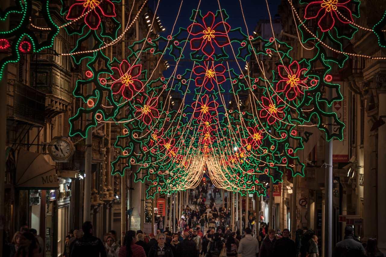 Weihnachtlicher Straßenschmuck auf Malta