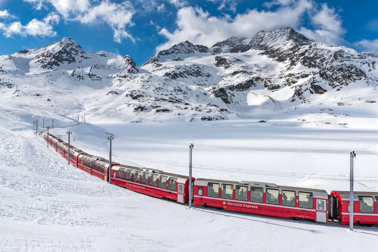 Bernina Express in tief verschneiter Landschaft