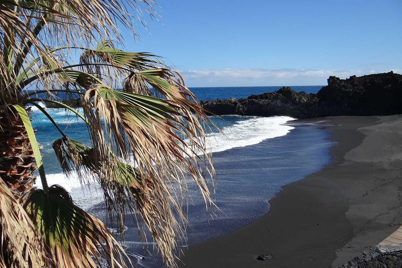Dunkler feinsander Lavastrand La Palma