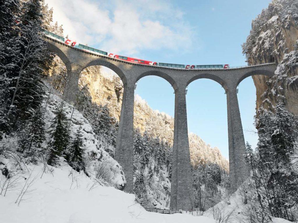 Glacier Express verschneites Tal
