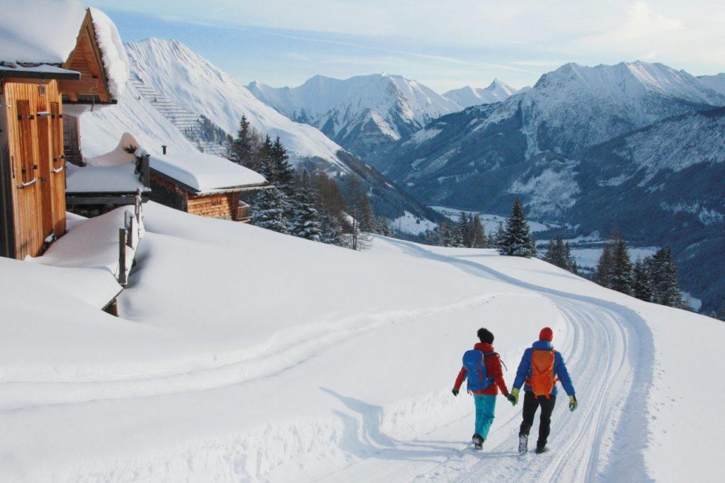 Tief verschneiter Winterwanderweg im Tiroler Lechtal