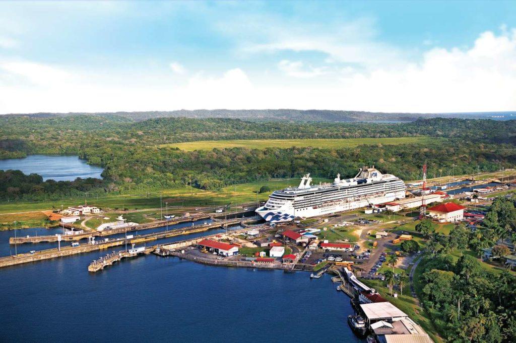 Island Princess in einer Schleuse des Panamakanals