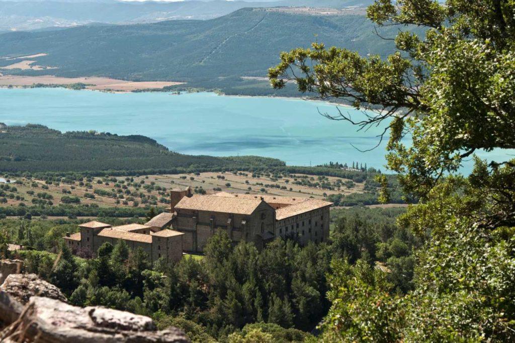 Kloster Leyre über dem Yesa-Stausee