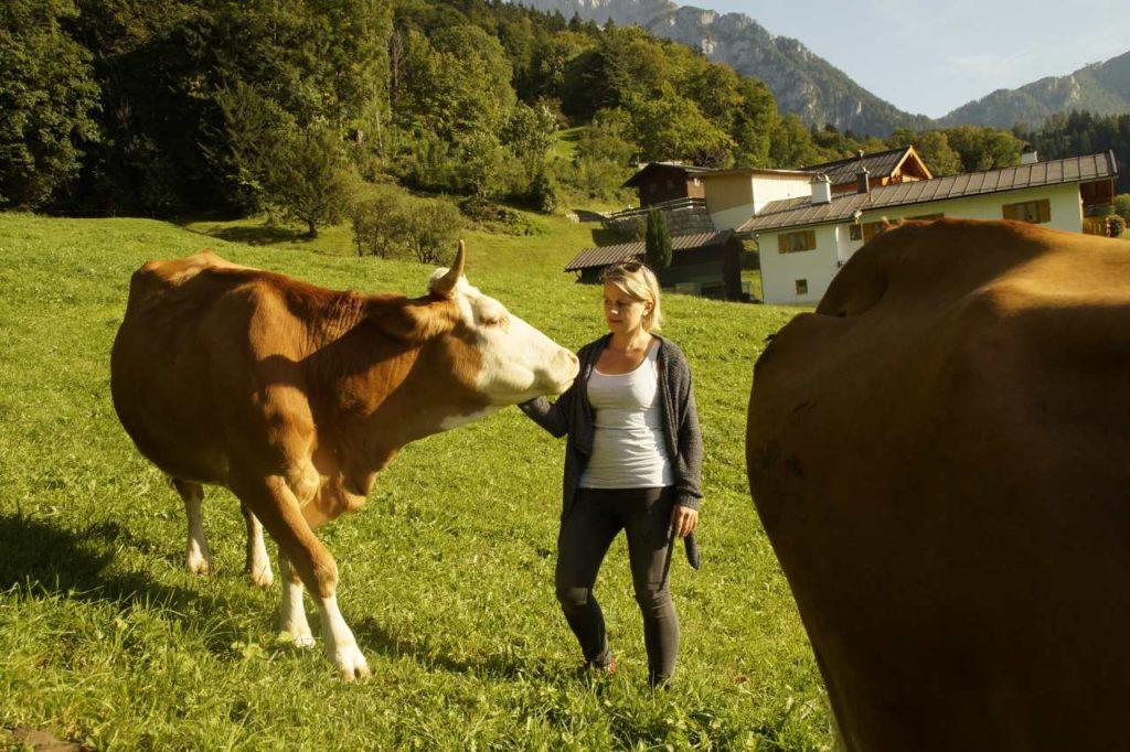 Landwirtin Verena Maier auf ihrem Bergbauernhof Maurerlehen