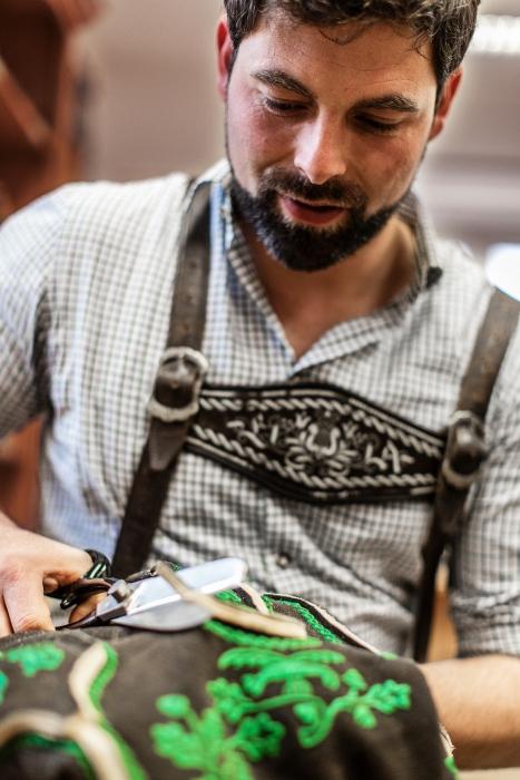 Lederhosen-Fertigung nach alter Tradition