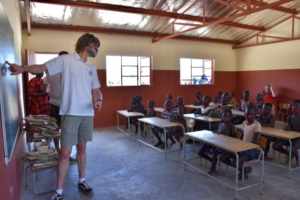 Mickie Krause beim Besuch eines Schulprojekts in Namibia