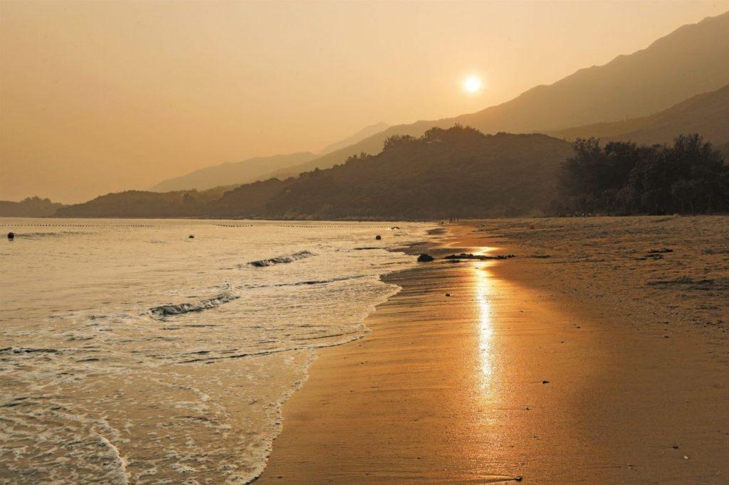 Sonnenuntergang am Tong Fuk Beach in Hongkong