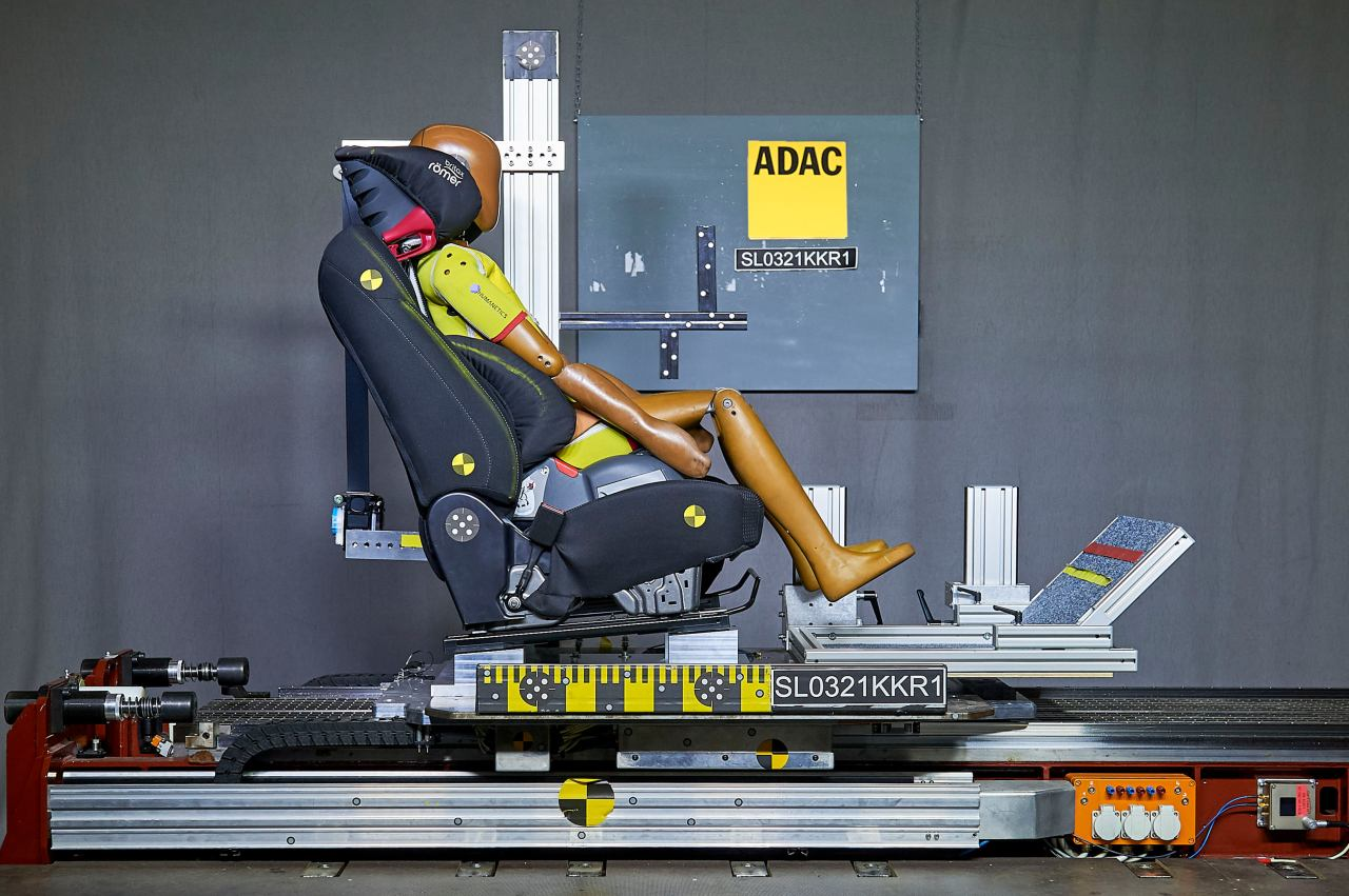 ADAC Test Einbau Kindersitze