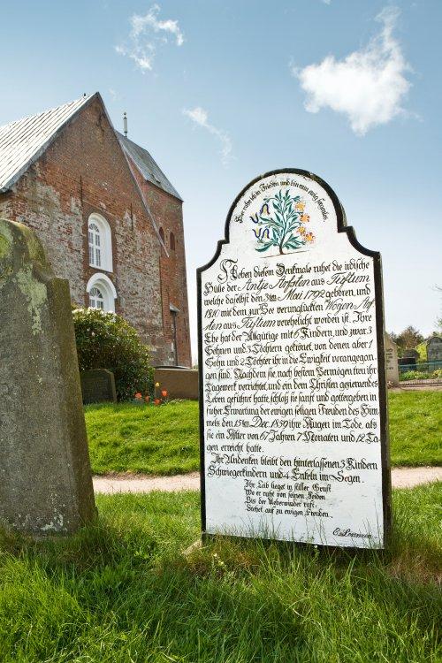 Alter Grabstein an der Kirche St. Laurentii auf Föhr