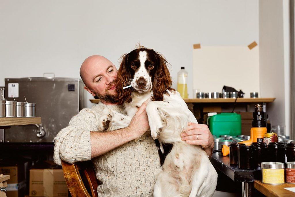 Candlemaker Michael Morris mit Hund
