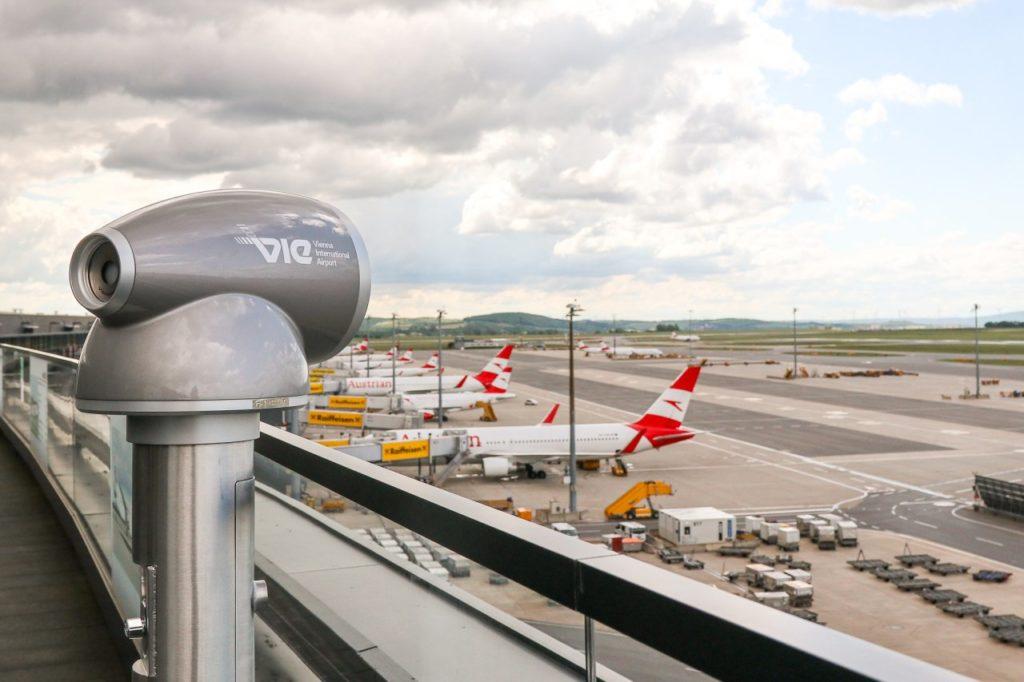 Fernrohr Besucherterrasse am Flughafen Wien