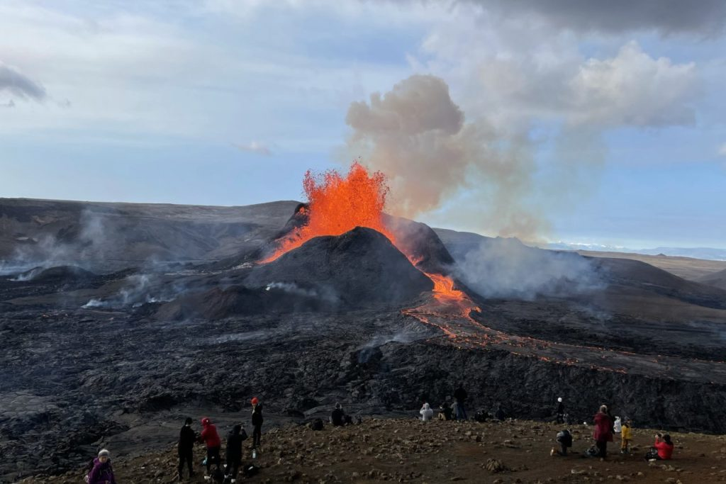Wandergruppe am Vulkan Fagradalsfjall