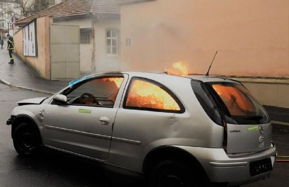 Autounfall im Ausland brennendes Auto