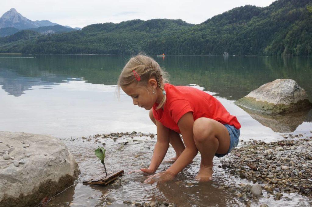 Kind spielt am Weissensee bei Füssen