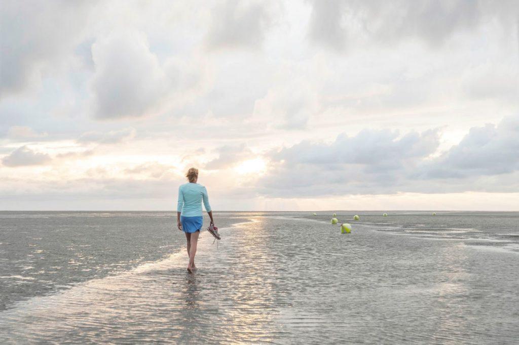 Spaziergängerin am Strand von St. Peter-Ording