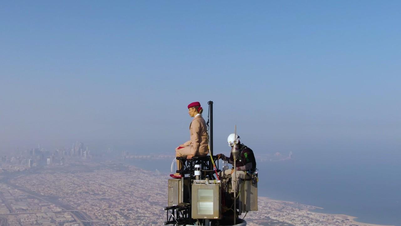 Emirates-Flugbegleiterin auf der Spitze des Burj Khalifa