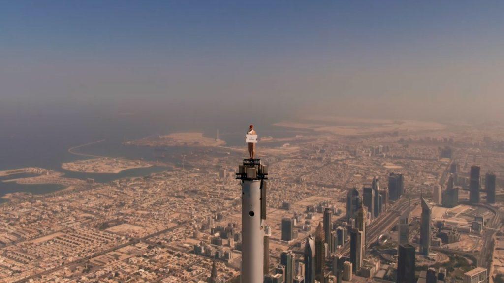 Emirates Werbespot Flugbegleiterin Burj Khalifa