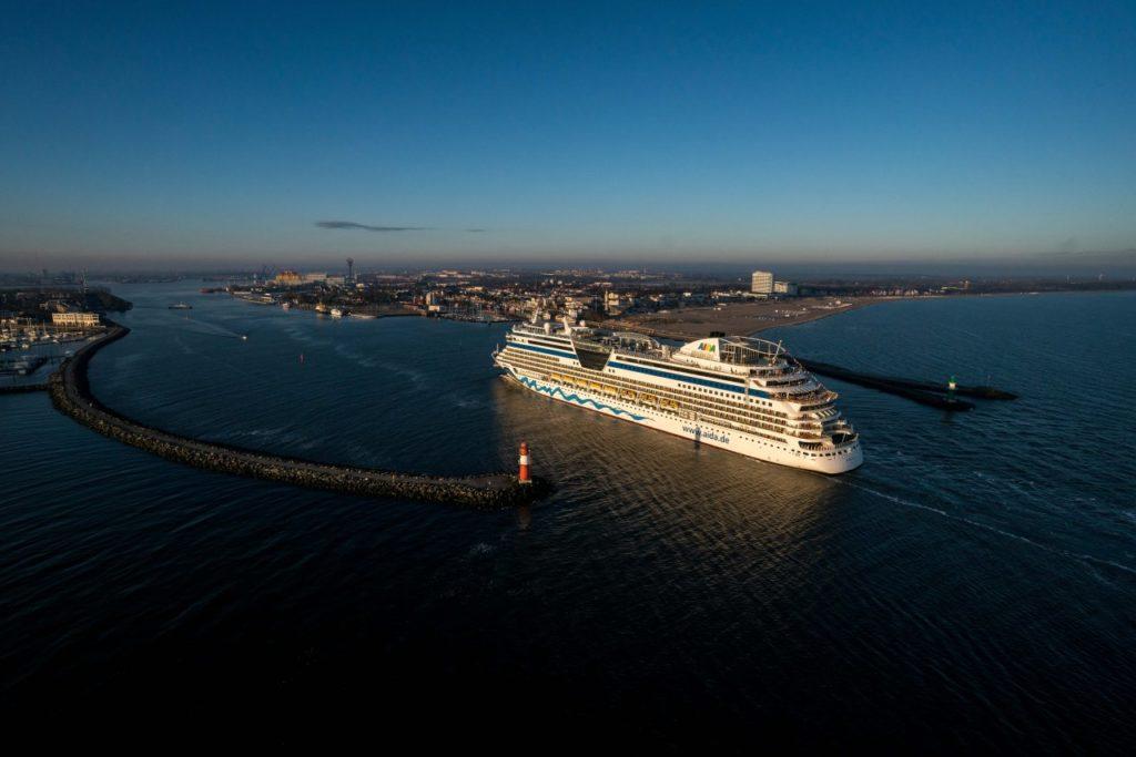 AIDAdiva Hafeneinfahrt Warnemünde