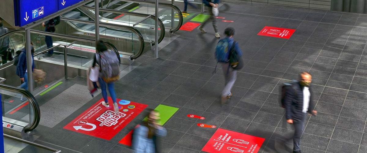 Berliner Hauptbahnhof Abstands-Bodenmarkierungen