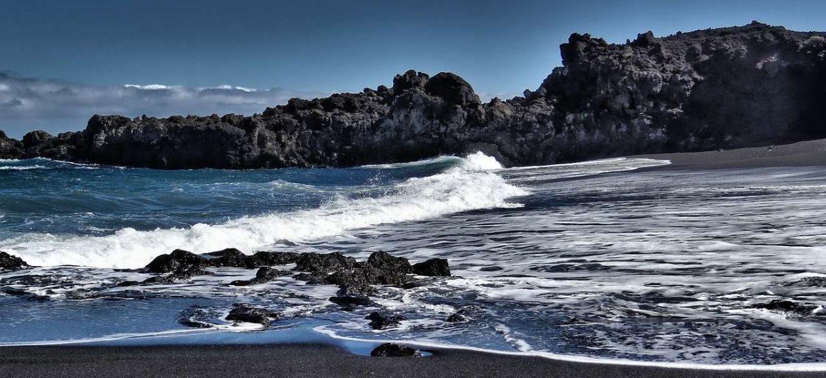 Dunkler Sandstrand auf La Palma