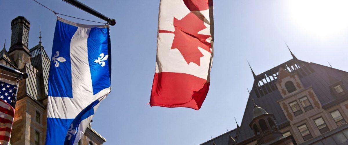 Flaggen an einem Gebäude in Quebec
