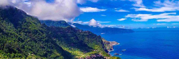 Madeira Küste vor tiefblauem Meer