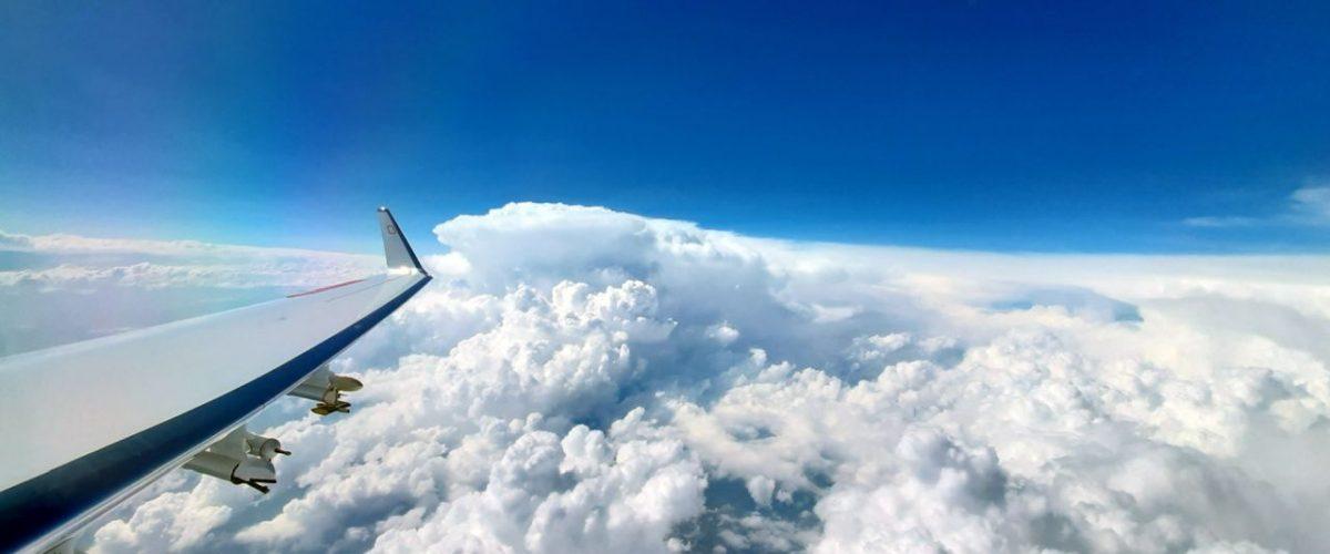 Messonden Flugzeugtragfläche Wolken