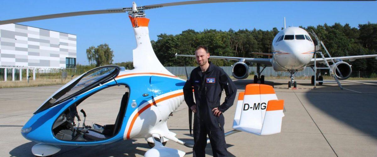 Tobias Bohnhardt vor einem Gyrocopter des DLR