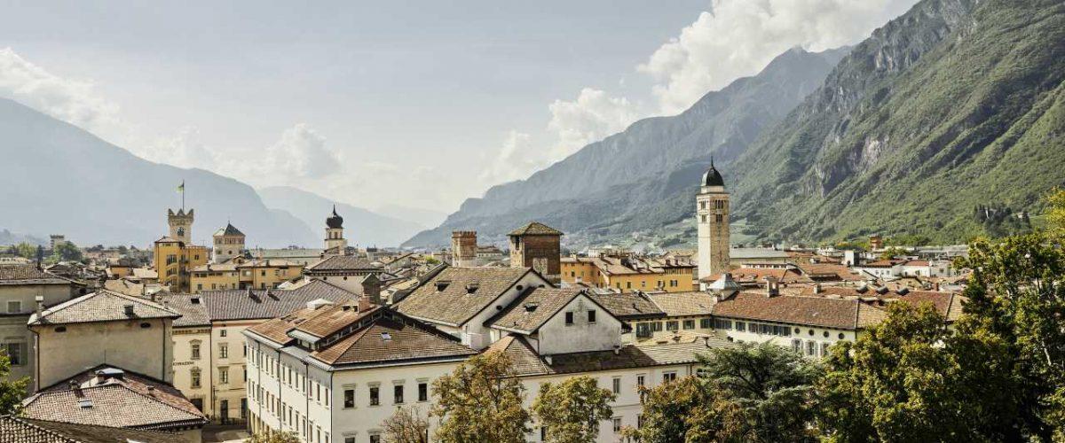 Trento Panorama umgeben von Bergen