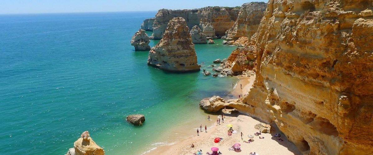 Typische Felsbucht an der Algarve