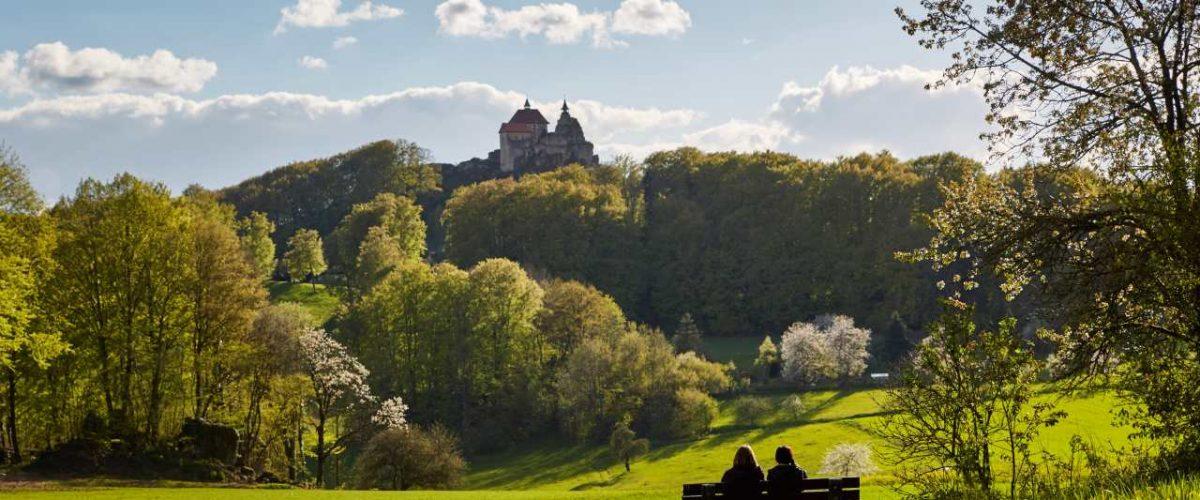 Wandern mit Blick auf Burg Hohenstein